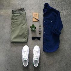 Are you wondering how to wear white sneakers for men or how to look sharp in simple jeans and casual shirt outfits? Then this 30 coolest casual street style looks is just the perfect guide you need to help you look AMAZING! Mode Outfits, Casual Outfits, Men Casual, Casual Shoes, Outfit Grid, Mode Man, Style Masculin, J Crew Style, Herren Outfit