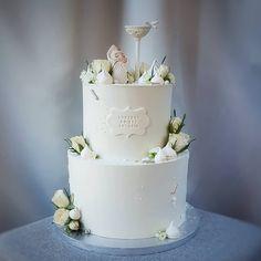 Tort na chrzest z chrzcielnicą i dzidziusiem w beciku. Christening Cake Girls, Cake Boss, Girl Cakes, Impreza, Baby Shower Cakes, Communion, Holi, Artisan, Sweet