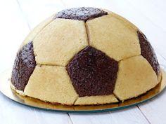 Chic, chic, chocolat...: Gâteau d'anniversaire ballon de foot, mousses chocolat noir et blanc