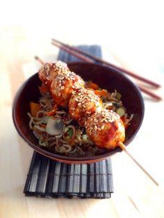 Brochettes de poulet yakitori, nouilles sautées