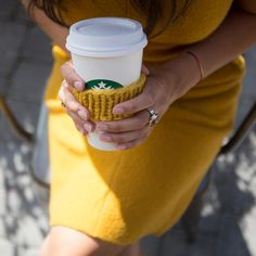 That's how we like our Starbucks, with a stylish mustard dress and a matching sleeve cozy. Coffee Spoon, Coffee Cups, Nespresso, I Love Coffee, Coffee Break, Cold Weather Outfits, Coffee Company, Pumpkin Spice Latte, Starbucks Coffee