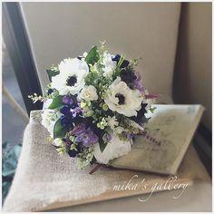 完成まであと少しアネモネとシャクヤクの最強コンビ 花嫁さまの要望でネイビーを効かせたのが、本当に素敵です #wedding #bouquet #ブーケ #フラワー #ウェディング #結婚 #プレ花嫁 #花嫁さま #アネモネ #シャクヤク #ネイビー #ラベンダー #アーティフィシャルフラワー #minne #mikagallery #ウェディングブーケ #ブーケ