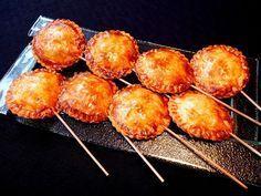 Piruletas de morcilla y manzana - Staking Tutorial and Ideas Quiches, Mozarella, Real Food Recipes, Yummy Food, Pie Pops, Decadent Cakes, Tapas Bar, Xmas Food, Empanadas