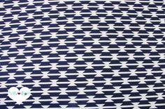 Weicher, glatter und hochwertiger Designerstoff aus Popeline Baumwolle mit grafischem Streifen Muster in dunkelblau ▲ weiß _(je nach Tageslicht wirkt er auch schwarz)_ bedruckt.    Ein toller...