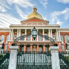 Spend 2 days on your New England road trip with visits to museums, restaurants, and historical sites with this best of Boston itinerary. Massachusetts, Bunker Hill Monument, New England Aquarium, Maine, Boston Public Garden, Freedom Trail, Photo Walk, Us Road Trip, Local Events
