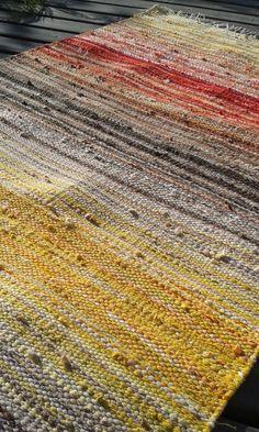 Tämä matto valmistui hieman vajaa 2 vuotta sitten. Se on toinen tekemäni kiikkalainen ja kaikkiaan kymmenes matto, jonka olen ikin... Weaving Textiles, Tapestry Weaving, Loom Weaving, Hand Weaving, Basket Weaving Patterns, Homemade Rugs, Rug Inspiration, Weaving Projects, Cool Rugs