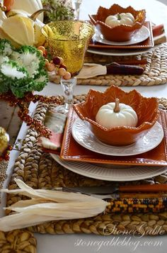 Are you preparing for fall parties, for Thanksgiving and just cozy family feasts outside and inside your home? Our cozy table setting ideas might help you. Fall Table Settings, Thanksgiving Table Settings, Beautiful Table Settings, Thanksgiving Tablescapes, Holiday Tables, Thanksgiving Decorations, Thanksgiving Ideas, Place Settings, Christmas Tables