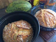 Pataleipä. Niin hyvää! Näin saat tuoretta leipää aamupalapöytään helposti: Sekoita nopeasti 7dl vehnäjauhoja, 1tl kuivahiivaa, 1tl suolaa, 3,5dl lämmintä vettä. Tuorekelmuta kulho, peitä liinalla, kohota 12-18h. Kuumenna pataa uunissa (225C) 30 min. Sillä välin pyöräytä taikina nopeasti palloksi, kohota liinan alla. Paista padassa 30 min. kannen alla ja vielä 15 min. ilman kantta.   Voi modata. Esim. korvaan osan jauhoista kauraleseillä (desi) ja lisään desin auringonkukansiemeniä.