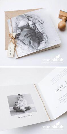 Vintage geboortekaartje met foto en katoenen label_stempel_vintage fotokaart_kokostouw_structuur papier_gerecyclede envelop