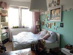 Gemütlich eingerichtetes WG-Zimmer mit großem Bett und Bilderwand. Vermietet wird allerdings unmöbliert.  WG-Zimmer in Köln.  #Köln #WGZimmer #Bilderwand