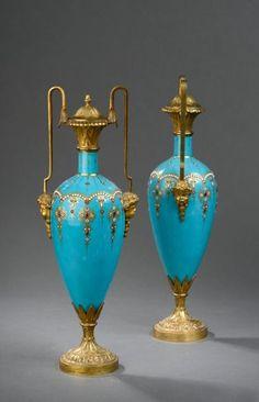 Paire de vases fuseaux, signés M Son A. Giroux Paris, en porcelaine à fond bleu et décor émaillé, monture en bronze doré, à décor de tête de putti. Époque Napoléon III. (petits manques aux émaux). H.… - Daguerre - 14/11/2014