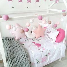 Нежно-розовые тайские фонарики для украшения детской кроватки в комнате девочки. / Cottonball lights decoration ideas for girl room.