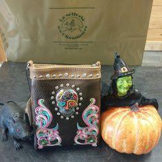 La sacoche porte-monnaie idéale pour votre soirée d'Halloween vous attend à la sellerie !!! Passez nous voir. Coin Purse, Lunch Box, Wallet, Purses, Halloween, Coin Purses, Jewelry, Pocket Wallet, Handbags