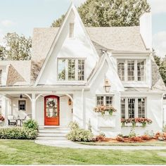 Adorable white house. Beautiful Homes, Beautiful Interiors, White Cottage, Cozy Cottage, Cottage Homes, Cottage Plan, Window Boxes, Good House, Cute House