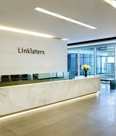 Linklaters Headquarters, Dubai Hotel Reception Desk, Office Reception Area, Reception Areas, Reception Counter, Architecture Office, Architecture Design, Office Entrance, Workspace Inspiration, Work Inspiration