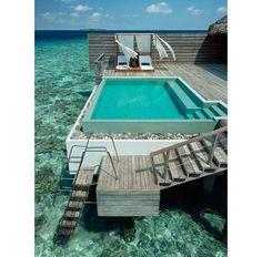 Nesta área externa, o mar pode ser aproveitado pelas escadas ou pela piscina