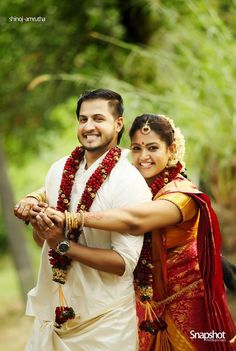 Kerala Wedding Photos are beautiful and when you watch wedding photos of christian, muslim and hindu weddings. Hindu Wedding Photos, Wedding Picture Poses, Funny Wedding Photos, Wedding Pics, Wedding Couples, Hindu Weddings, Wedding Trends, Indian Wedding Photography Poses, Bride Photography