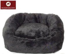 Exklusives Hundebett Schwarz  Extrem kuschelig und aus hochwertigen Materialien gefertigt präsentieren wir das exklusive Hundebett Schwarz. Ein wunderbarer Rückzugsort für kleine Hunde. Flauschiger Edelwebpelz umgibt das exklusive Hundebett Schwarz von Innen und Außen.
