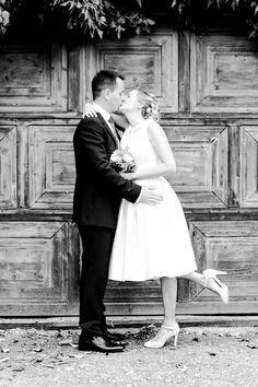 Julia & Andreas - romantische Hochzeit am Millstätter See Ein kaputtes und altes Garagentor ist der perfekte Hintergrund
