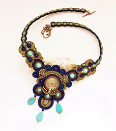 VENTA 20% - US$ 105 - 84 US$! Collar está hecho con técnica de bordado de la trenza de soutache. Fabricado con swarovski cristales, granos de la semilla japonesa de Soutache trenzas, cuentas Checa... __________________________________________________________________________ La longitud interior del collar es de 18,9 pulgadas / aprox. 48 cm / _____________________________________________________________________ Absolutamente individual, pieza OOAK. Garantizo mi trabajo 100%. Visit...