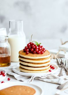 vegan spelt pancakes with red currants. - … vegan spelt pancakes with red currants… - Red Currant Recipe, Currant Recipes, Breakfast Pancakes, Pancakes And Waffles, Breakfast Recipes, Fluffy Pancakes, Vegan Pancakes, Pancake Recipes, Morning Breakfast