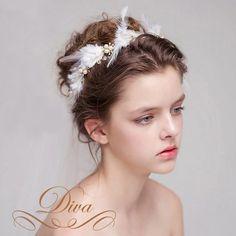 商品説明 結婚式にぴったりのウェディングヘッドドレスから羽根のティアラが登場★ パールとフェザーの豪華なヘッドドレスは花嫁さんやホワイトパーティーにぴったり。 セレブ感たっぷり、ヘアピンで留めていただくタイプですがピンはついていません。 海外取り寄せ商品です。 *======================**======================* ■注意■ 商品撮影より画像色と実物色が多少違いがございますのでご了承お願い致します。 *=========...