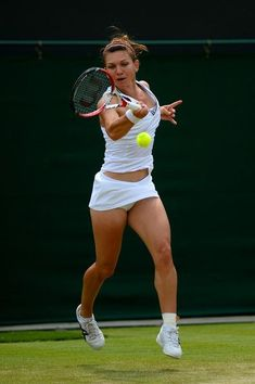 Simona Halep of Romania plays a forehand during the Ladies' Singles second round match against Na Li of China on day four of the Wimbledon Lawn Tennis Championships at the All England Lawn Tennis and Croquet Club on June 2013 in London, England. Wta Tennis, Wimbledon Tennis, Sport Tennis, Wimbledon 2013, Lawn Tennis, Belle Nana, Foto Sport, Tennis Live, Ladies Day