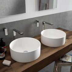 Две раковины в интерьере одной ванной комнаты