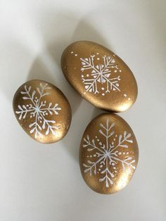painted stone new year decor - Christmas Time in the City - wandkunst Pebble Painting, Dot Painting, Pebble Art, Stone Painting, Rock Painting Patterns, Rock Painting Ideas Easy, Rock Painting Designs, Christmas Mandala, Christmas Rock