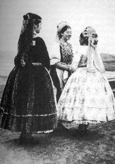 Őrhalom Hungarian Embroidery, Folk Dance, Digital Textbooks, Folk Costume, Fashion History, Headdress, Traditional Outfits, Hungary, Vintage Photos