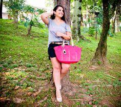 We Love Pink !!!  Confira o Look completo com as cores do verão: http://blogcharmedalu.com.br/look-do-dia-bolsa-pink-cinto-com-tachinha-e-anel-dupla-love/ — com Daniela Menezes.