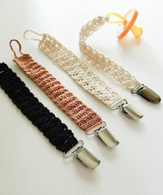 Pacifier clip //crochet// baby //lace // mom essencials// neutral tones// paci clip //teething toy c Crochet Baby Shoes, Newborn Crochet, Crochet Toys, Crochet Hair Accessories, Crochet Hair Styles, Quick Crochet, Crochet For Kids, Crochet Pacifier Clip, Baby Staff