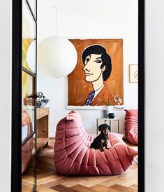 Awesome Togo sofa and gorgeous vignette Syd the sausage dog decides this is his moment to get in on the shoot action. Rachel Castles house features in this month… Ligne Roset, Togo Sofa, Sofa Bed, Home Decor Trends 2018, Style Salon, Diy Home Decor, Room Decor, Farmhouse Side Table, Cute Dorm Rooms
