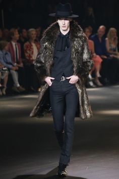 The complete Saint Laurent Pre-Fall 2016 fashion show now on Vogue Runway. Men Fashion Show, Fall Fashion 2016, High Fashion, Mens Fashion, Fashion Trends, Fashion Menswear, Fashion Shoot, Fashion Styles, Latest Fashion