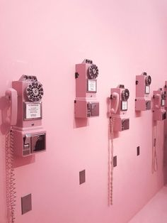 Millennial pink pay phones at the Museum of Ice Cream - more on The Hautemommie