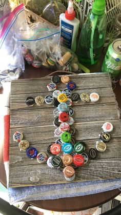 Bottle Top Crafts, Bottle Cap Projects, Diy Bottle, Beer Bottle, Bottle Cap Table, Bottle Cap Art, Bud Light, Beer Cap Crafts, Beer Cap Art