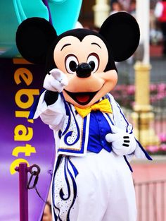 Mickey wants YOU to come to Disneyland!