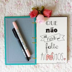 Respira fundo, pela frente ainda tem muito mundo. Motivational Phrases, Inspirational Quotes, Stationary School, Drawing Letters, Story Instagram, Lettering Tutorial, Posca, Letter Art, Brush Lettering
