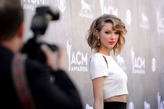 Taylor Swift, retro curl & lip at the American Country Music Awards 2014 Taylor Swift Single, Estilo Taylor Swift, Taylor Alison Swift, Elle Taylor, Holiday Party Outfit, Holiday Outfits, Party Outfits, Bobs, American Country Music Awards