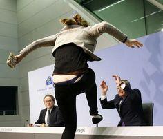 Draghi aggredito da una manifestante. Pic of the year