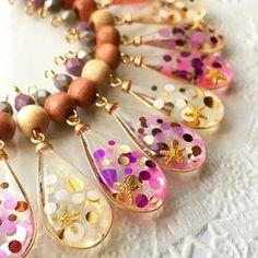 昨夜と並べ方を変えて(笑) 白が多いミントカラー系のドットは、先日の西宮阪急での出展で完売し・・・ 新たにピンク・パープルも仲間入りしました☆ #handmadegardens #ハンドメイドコラボ企画室 #新宿アルタ レジンアクセサリー#レジン Funky Jewelry, Paper Jewelry, Diy Jewelry, Jewelery, Handmade Jewelry, Women Jewelry, Fashion Jewelry, Resin Jewelry Making, Diy Resin Crafts