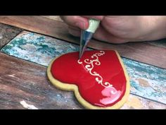 ▶ Cómo decorar una galleta con glasa por sweetmoses - YouTube