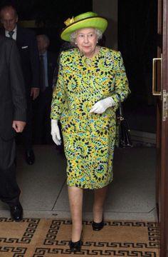 Para quem acha que a Rainha é muito tradicional, o que pensa então deste modelito super tropical usado em viagem em 2009 em Trinidad. Conjunto estampado com cores cítricas  combinando com o chapéu verde limão