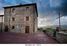 House and cross overlooking the Pisan hills. Montescudaio, Pisa, Tuscany, Italy. © Roberto Nencini / Alamy