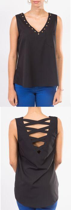Fantástica y perfecta blusa negra con un discreto escote en la espalda.