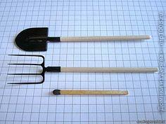 fairy garden tools/// tutorial may need translation Garden Tool Shed, Garden Tool Storage, Horse Accessories, Fairy Garden Accessories, Clay Miniatures, Dollhouse Miniatures, Farm Tools, Mini Things, Diy Dollhouse