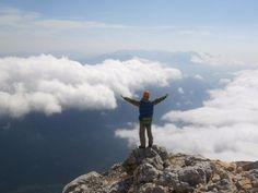 Фишт – одна из главенствующих вершин, расположенных вблизи плато Лаго-Наки. Высота составляет 2867м над уровнем моря. В доисторические времена была дном океана Тетис. В настоящее время интересна тем, что на его склонах располагается самый низкий в Европе ледник – Большой Фиштинский.  Совершите туристический пеший проход категории сложности 1Б по Республики Адыгея с восхождением на вершину горы Фишт.  Длительность: 5 дней Точка старта: Краснодар, Россия Точка финиша: Краснодар, Россия Цена…
