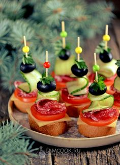 Canapes with jerked sausage, cheese and olives - recipe with photos step by step. Today will prepare one of the most popular holiday snacks - canapes with jerked sausage and cheese. Finger Food Appetizers, Appetizer Recipes, Party Finger Foods, Olive Recipes, Good Food, Yummy Food, Holiday Snacks, Food Garnishes, Food Platters
