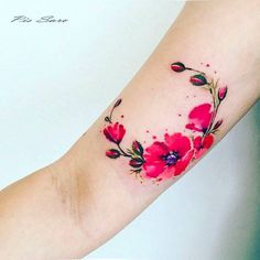 Poppy wreath tattoo on the right inner arm. Tattoo artist: Pis Saro