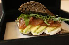 Recetas de snacks sanos para comer entre horas. Bocadillo de pan de algas con ventresca de atún y aguacate. © Medems Catering.